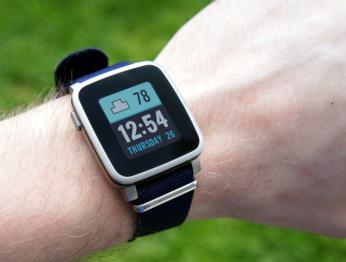 Fitbit купит создателя первых смарт-часов Pebble