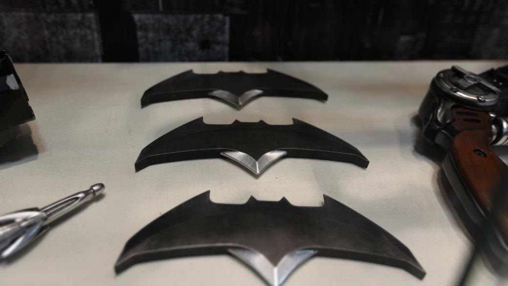 Костюмы, гаджеты и фигурки Бэтмена на Comic-Con 2015 - Изображение 6