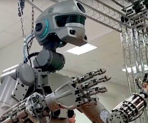 Человечество обречено: российского робота научили стрелять сдвух рук