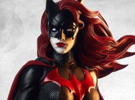 Первый постер сериала «Бэтвумен», атакже кадр скостюмом Бэтмена. Обновлено: и полноценный трейлер!