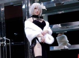 Автор NieR: Automata расписался на бедре девушки, стоя на коленях