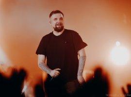 Баста совместно сгруппой «Фрукты» выпустил новогоднюю песню «Оливье снами»