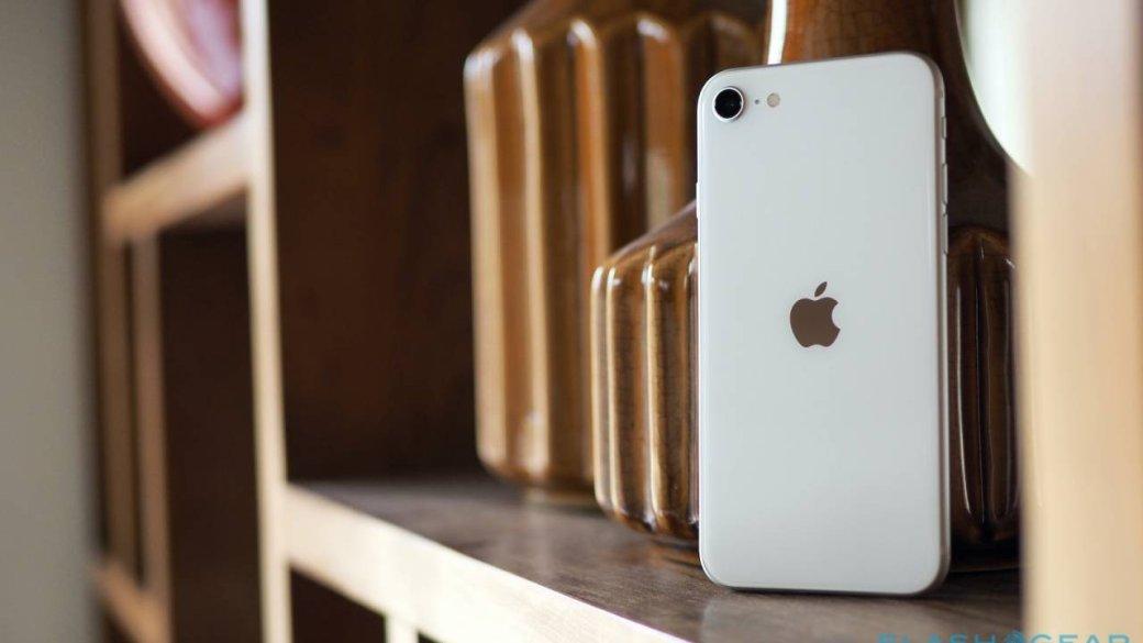 24апреля вРоссии появится впродаже новый компактный PhoneSEi. При начальном ценнике от39990 рублей аппарат считается бюджетным влинейке Apple иего ждали пользователи, которым нравятся компактные модели. Собрали 6 лучших, нанаш взгляд, альтернатив обновленному iPhone SE, которые также достаточно компактны, астоят больше, также или меньше нового хита Apple.