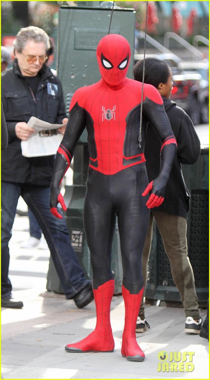 Том Холланд иЗендая летают поНью-Йорку нановых фото сосъемок «Человека-паука: Вдали отдома» | Канобу - Изображение 8909